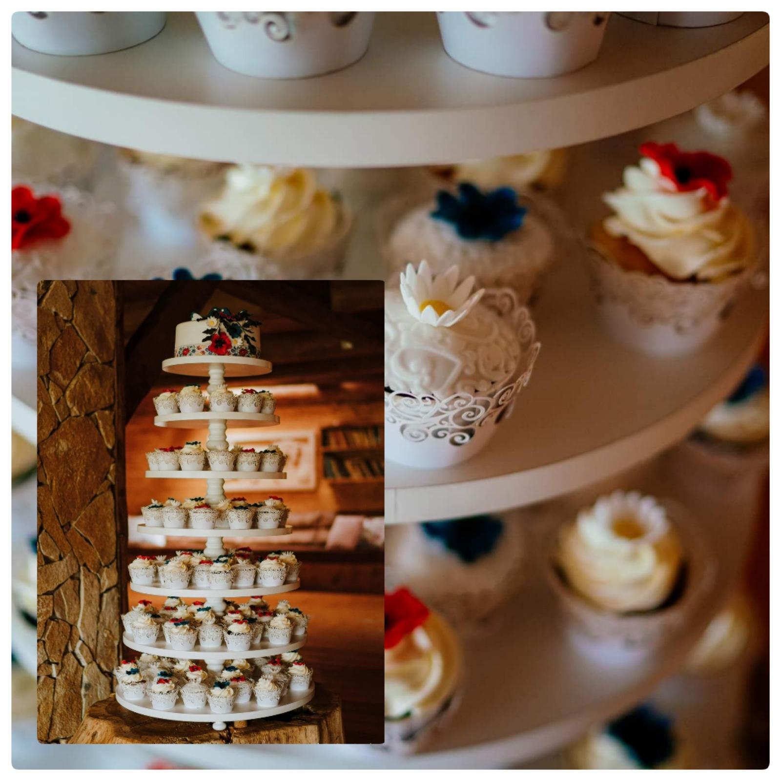 milsyd - 7-poschodový stojan plný folklórnych cupcakes s folklórnou tortou. Máme k zapožičaniu :)