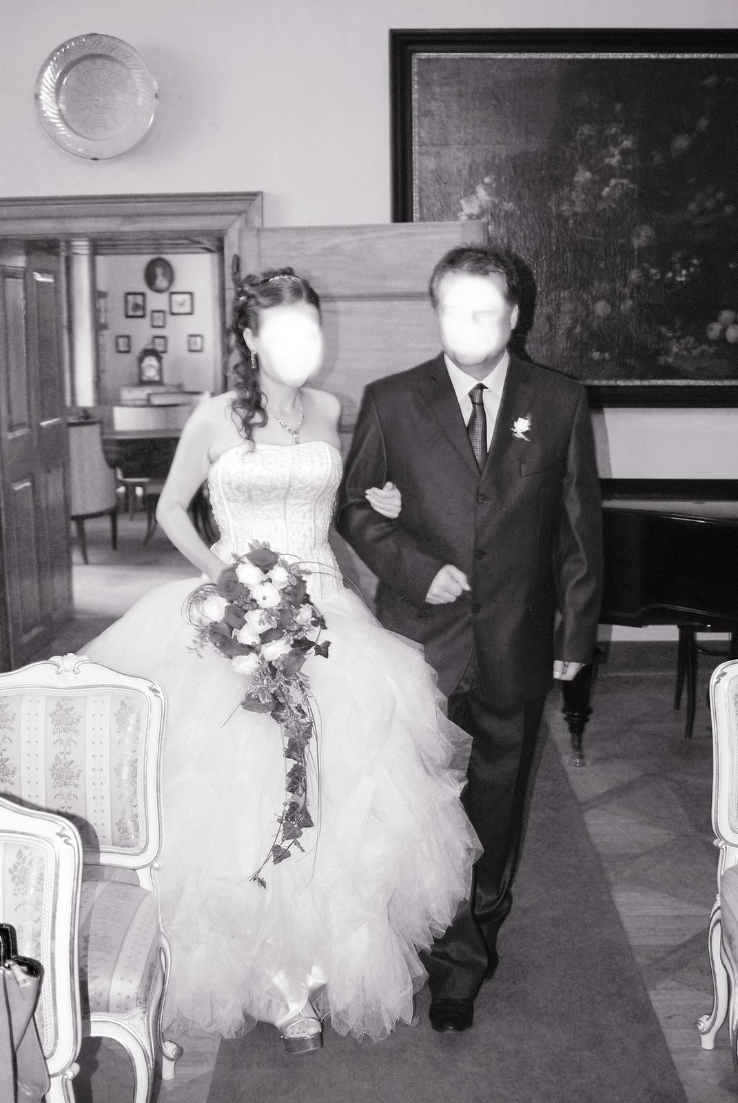 Svatební šaty s bohatou tylovou sukní - Obrázek č. 1
