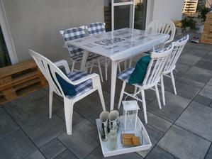 Po úprave... 4 drevené stoličky a stôl natreté, ušité sedáky, vankúše, gofry upečené, ide sa oslavovať. Aj keď... terasa ešte nie je vo finálnom stave.