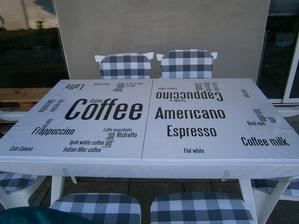 Pohľad na stôl zblízka, na stole je igelitový priesvtný obrus,  pre istotu .:-))))