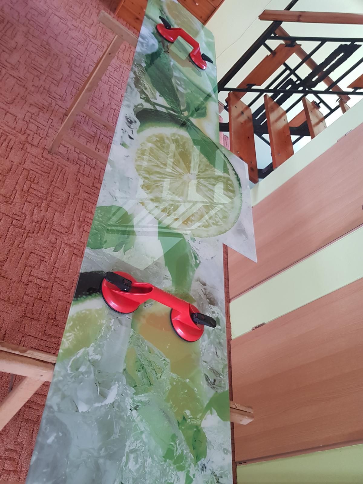 Dodávka a montáž sklenenej zásteny s motívom (Bučany). - Obrázok č. 3