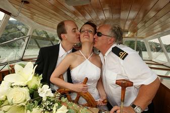 polibek nejen od ženicha (už manžela), ale i od kapitána lodi