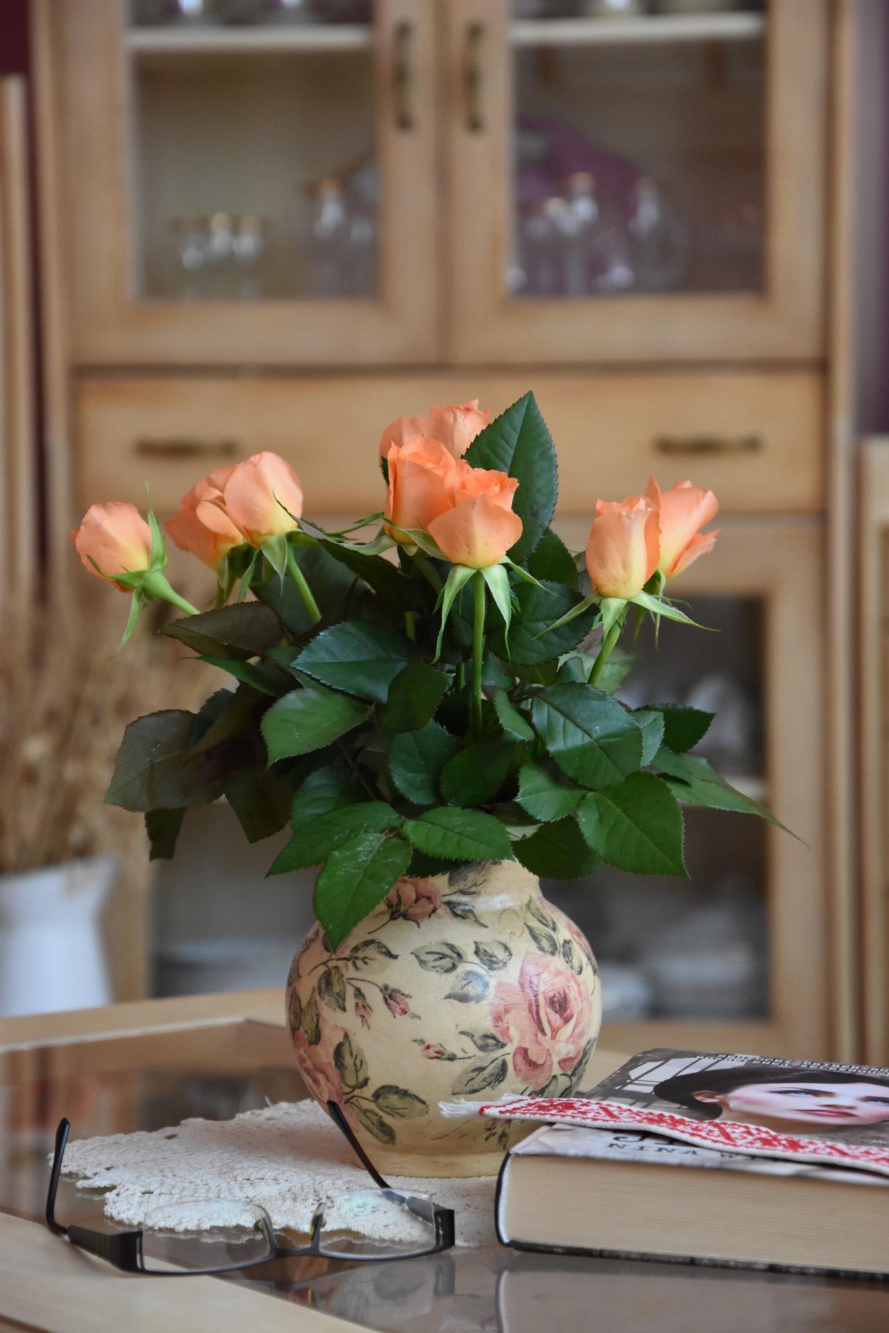 Prajem krásny deň...MDŽ, milé strecháčky ;-)  Ja som dostala takúto krásnu kytičku ruží :) - Obrázok č. 1