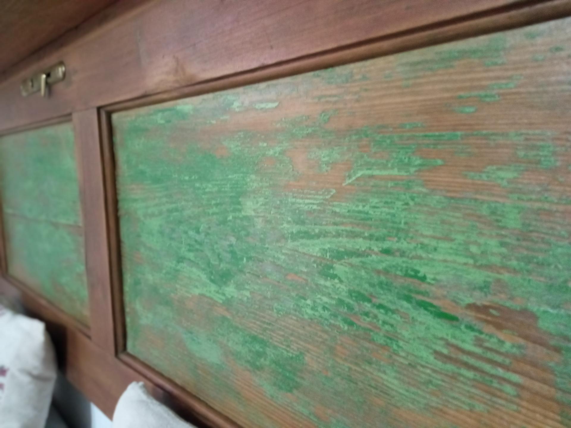 Chalupa IV. - Dvere boli zelené...všetka farba sa nedala dole, a keďže je v izbe zelená farba, chcela som ju zachovať aj na ,,poličke,, :)