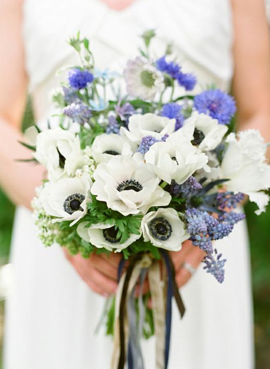Svatební kytice - anemonky v kombinaci s modřencem