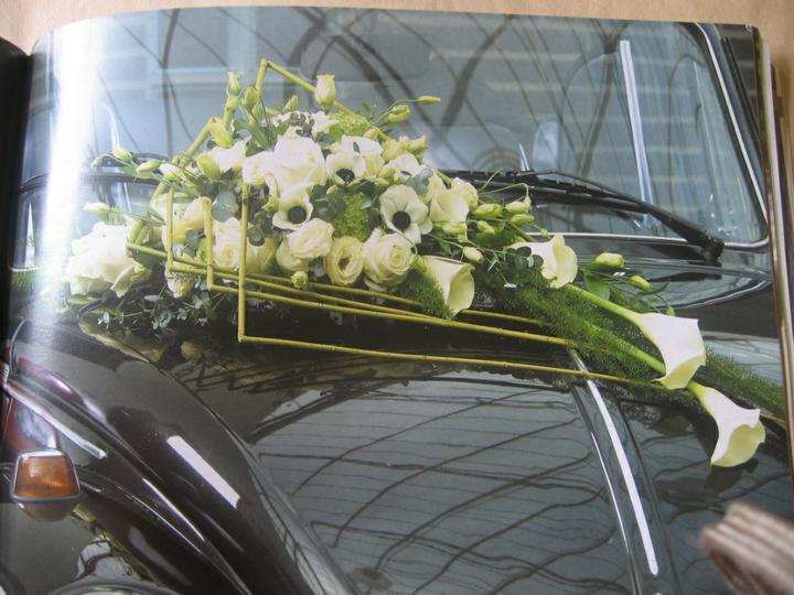 Autocorso něvěsty i ženicha - krásné anemonky, calla, růže a eustoma