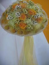 krásná kombinace karafiátů, růží, chryzantém a craspedie