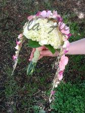 kytice z karafiátů, podložená salalem, převis crush technika s květy begonie, calanchoe a hyacintu