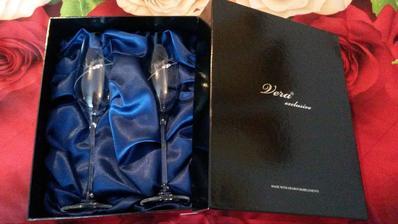 svadobné poháre...spokojnosť veľká plus swarovski kamienky pridajú trošla luxusu...návrh na typ písma bol náš..