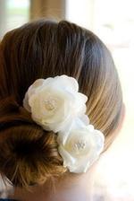 Kvety vo vlasoch pôsobia veľmi  decentne ako brošňa--