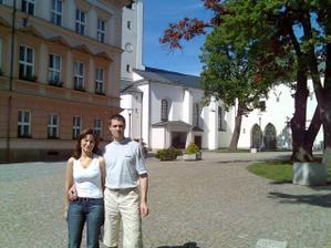 Par mesicu pred svatbou u kostela, jeste stale svobodni:-) Ale uz v plnem proudu priprav ....