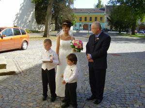 Pred kostelem s tatinkem, braskou Filipem a malym Lucasem