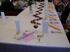 Dekorace v cele svatebni tabule