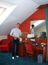 Probuzeni v hotelu, manzel pripravuje snidani