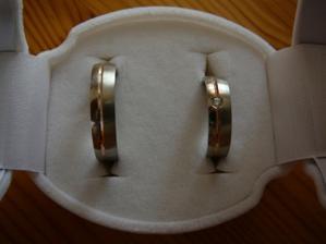 Naše prstýnky, bílé zlato s červeným proužkem..