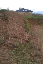 zvětšení stavební parcely,zásah do stráně.