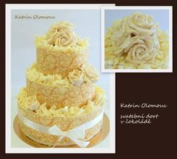 Svatebni dort v lemu z bile cokolady a zlatym zdobenim