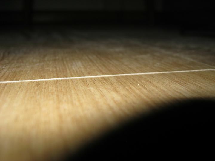 P. Lubos Husar (Levice) a jeho praca - laminatova podlaha - viditelne vyskove rozdiely jednotlivych lamiel.
