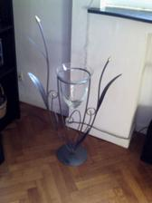 Vaza stoji doma pod oknom
