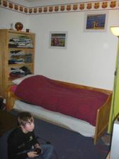 Mike - postel a policka sluzi miesto skrine, kym sa postavi skrina