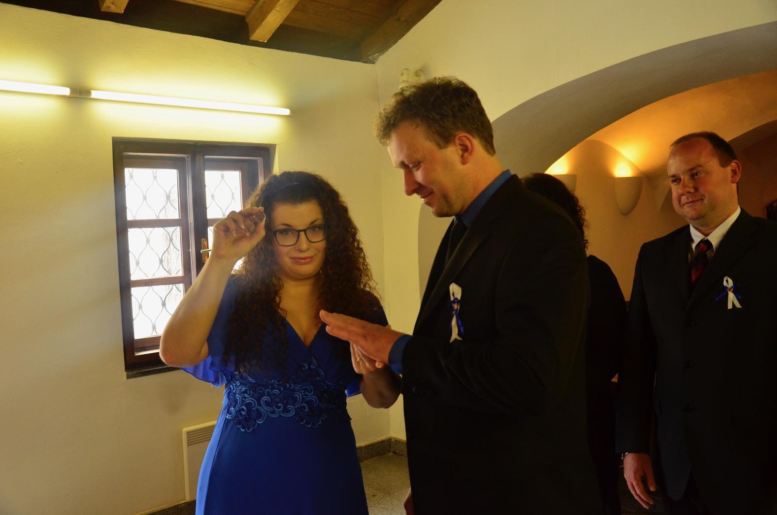 EVA{{_AND_}}Pepa - velice dlouhé nandavání prstínku manželovi, aby fotograv stihl vše vyblejsknout...