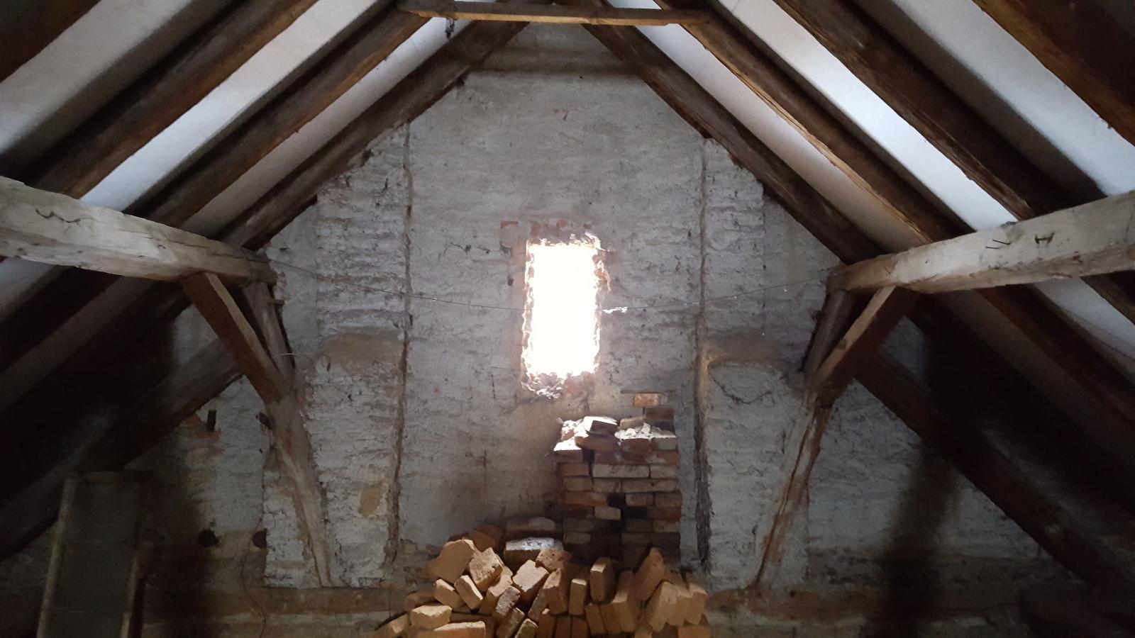 Prerabka domu v historickom centre - po dohode s oknarmi sem pojde velke francuzske okno