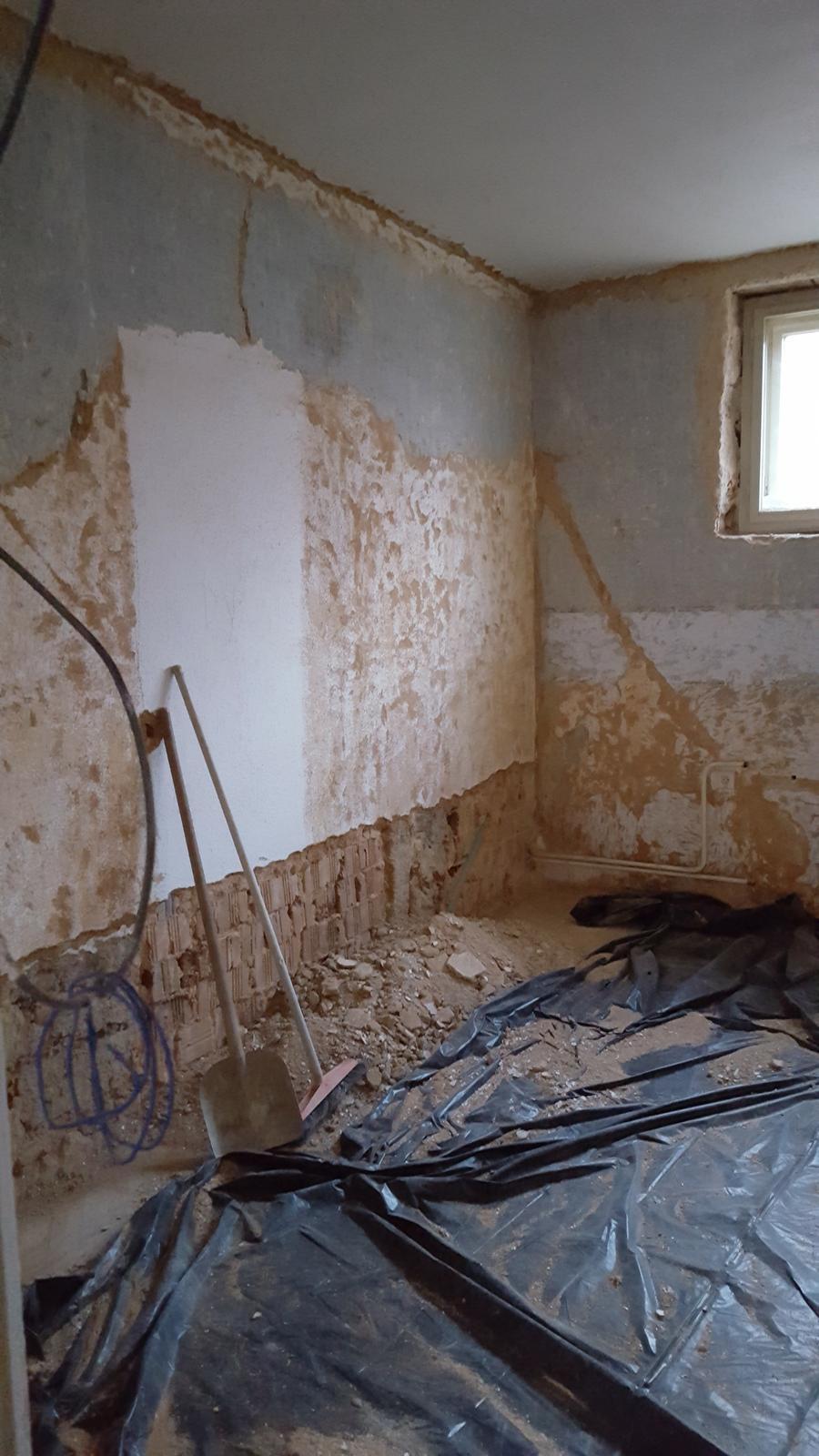 Prerabka domu v historickom centre - spalna sa pomaly skrabe a pripravuje na vyburanie otvoru do kupelne