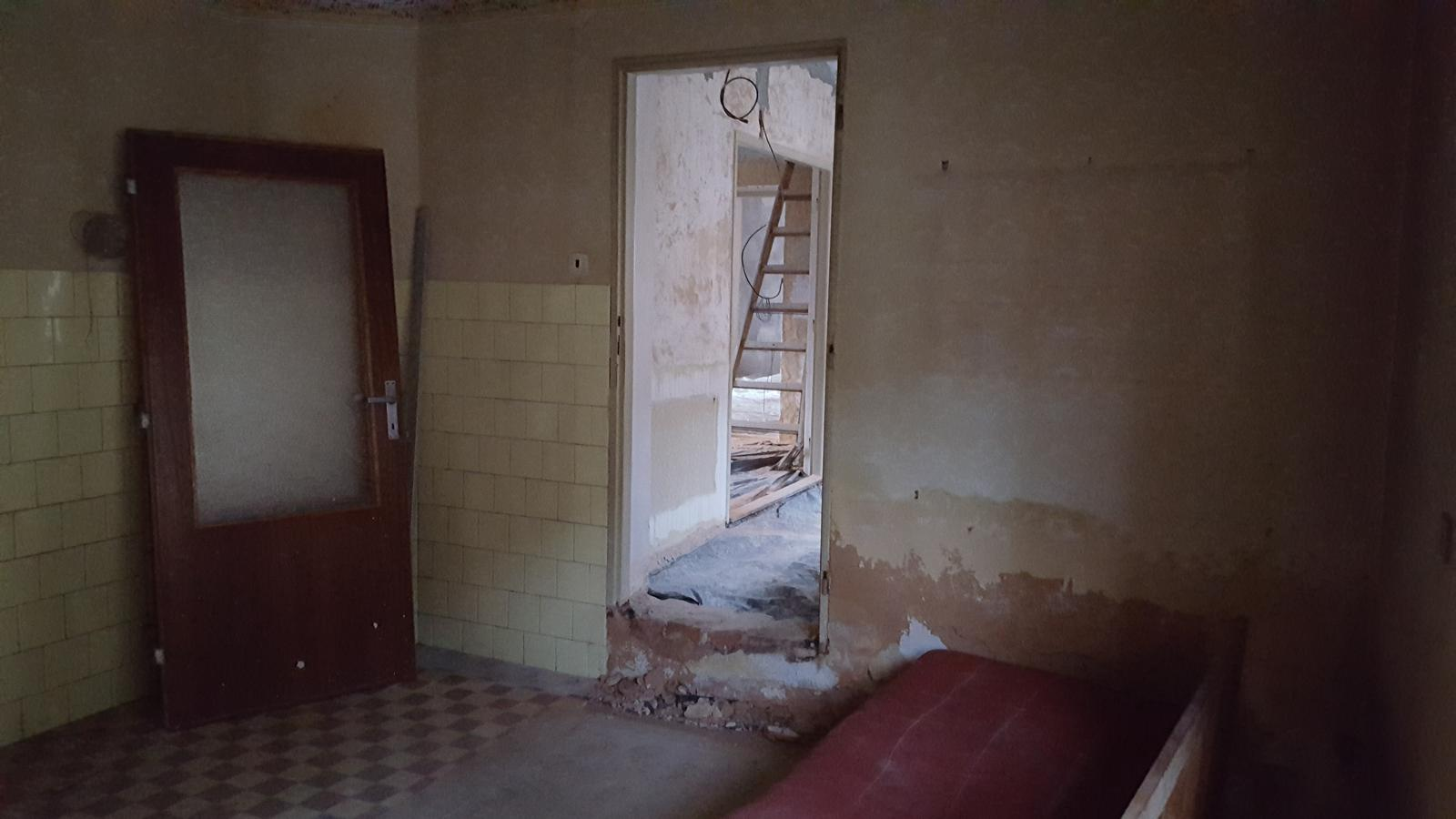 Prerabka domu v historickom centre - dvere sa musia kvoli skrini v predizbe posunut o cca meter doprava takze sa musi vyburat novy otvor a povodny zamurovat,kde su oprene dvere pojde vyvod noveho komina