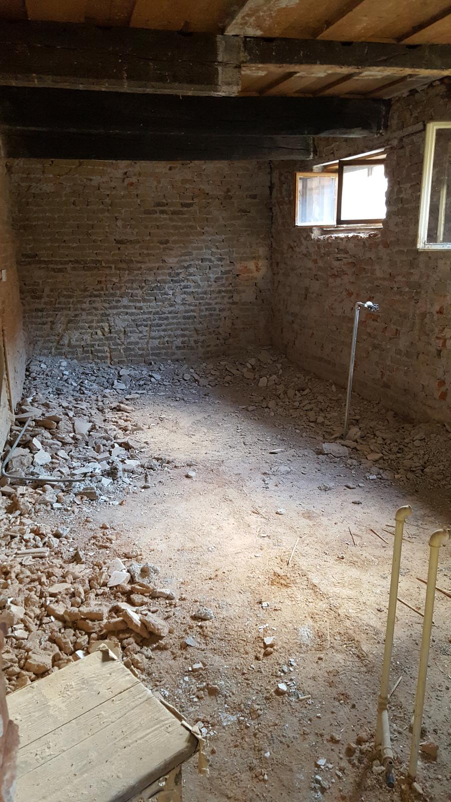 Prerabka domu v historickom centre - o dost lepsie,zajtra sa snad pustime do znizovania podlahy