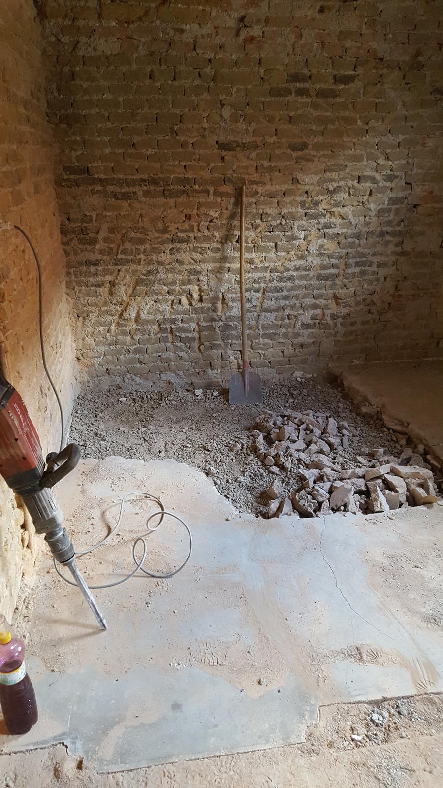 Prerabka domu v historickom centre - zacala sa znizovat podlaha na uroven kuchyne,verim ze do zajtra vecera to bude hotove