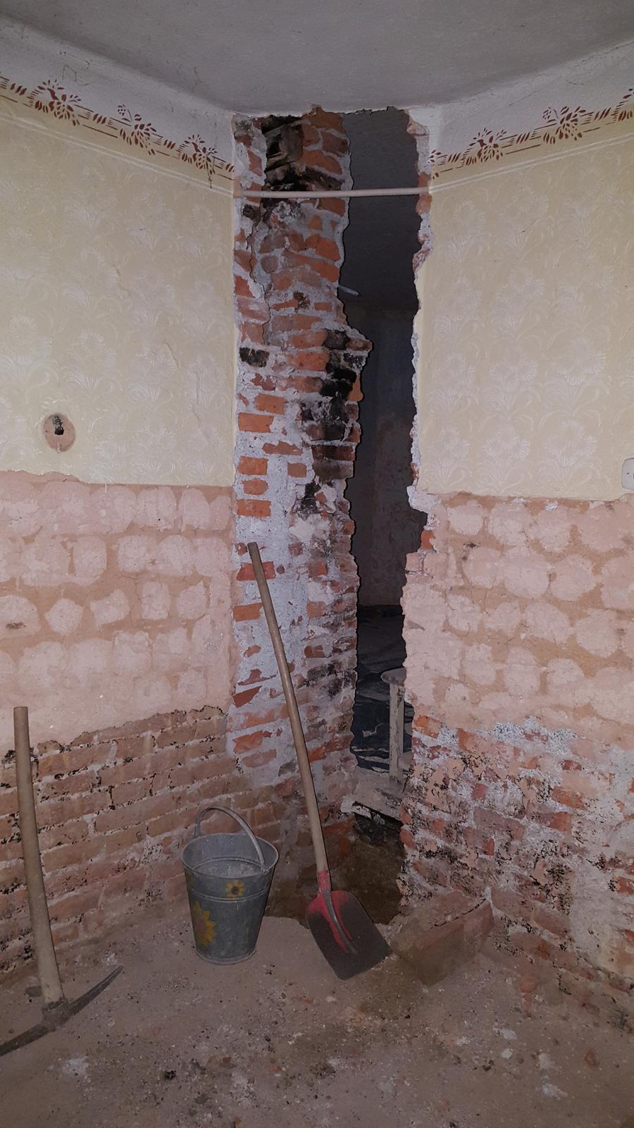 Prerabka domu v historickom centre - Konecne sa rozobral komin a je dole svina 11 metrova, neskutocne prepustal fuserska robota za komancu a tehly na dvore smrdia aj po 10 hodinach