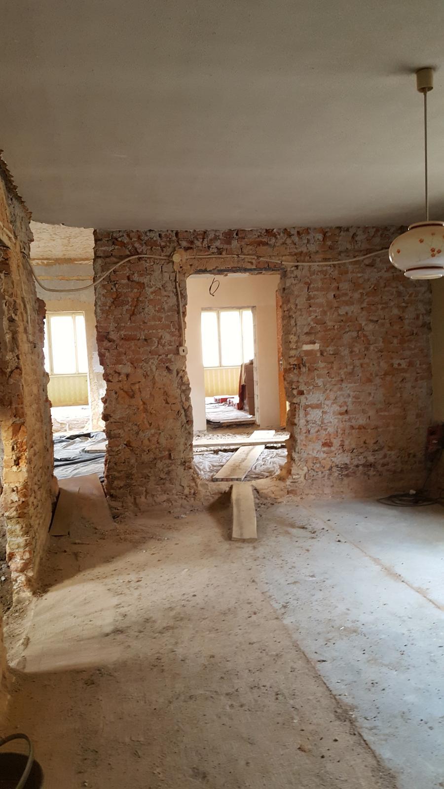 Prerabka domu v historickom centre - dnes sa bude riesit preklad kedze priestor na komin sa musi rozsirit a povodny otvor na dvere posunut,takze to vyzera ze cela stena pojde dole