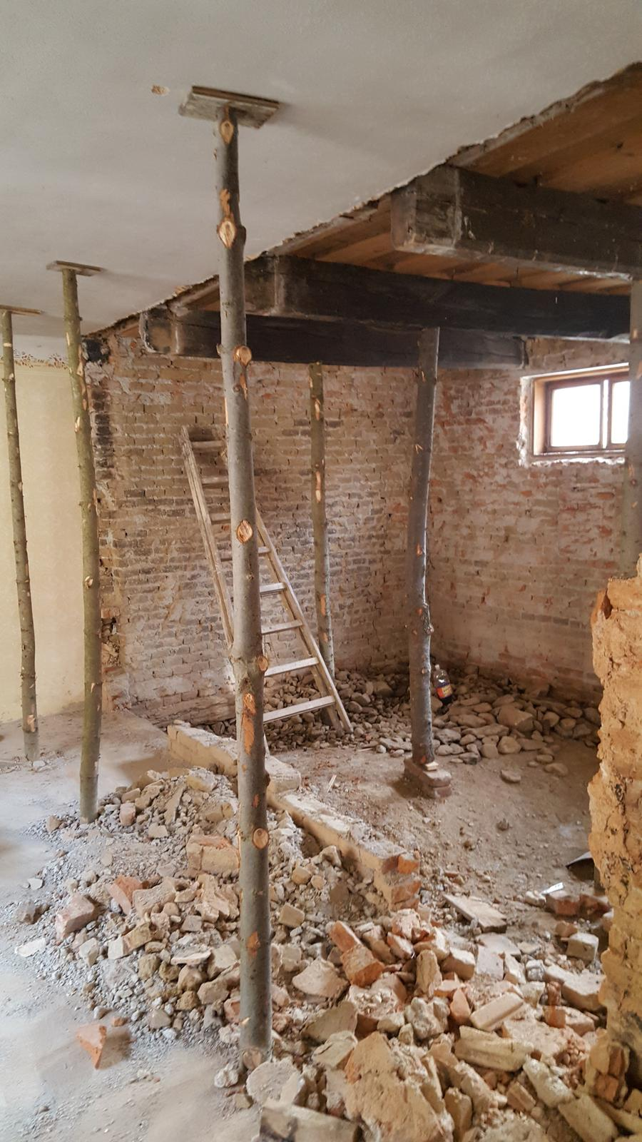 Prerabka domu v historickom centre - Dnes radikalne. zistili sme ze stena je tak kriva ze musi ist dole a postavit sa odznova