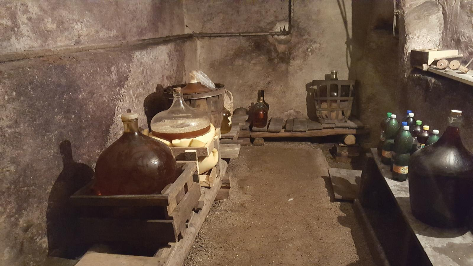 Prerabka domu v historickom centre - vinna pivnica a prechod do kotolne s podlahou tam budem nieco robit az ked kotolna bude hotova inak je to sympaticky priestor