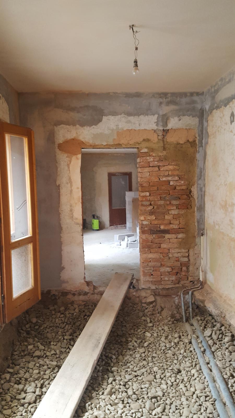 Prerabka domu v historickom centre - priestor na nove dvere pripraveny,vyuzivaju sa stare pouzitelne tehly