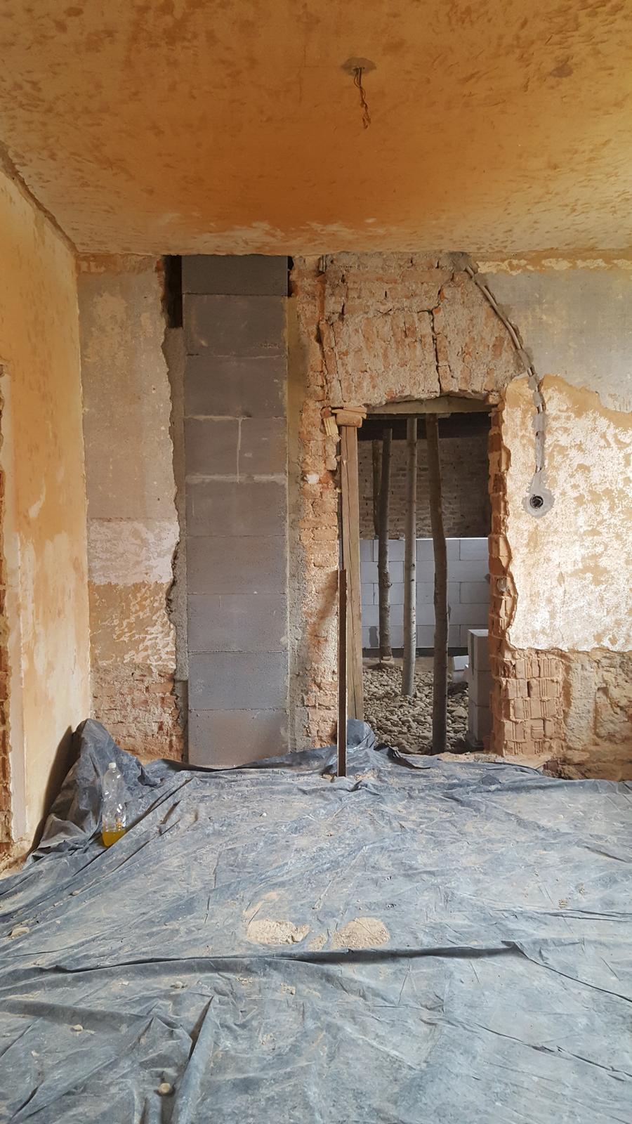 Prerabka domu v historickom centre - komin konecne nad urovnou kuchyne, uz len pripravit spodne odsavanie pre digestor