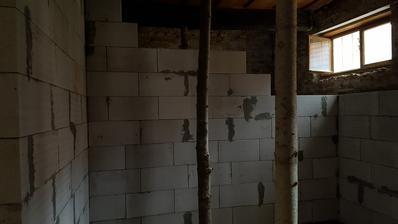 umyvadlova stena pripravena na vodu/odpad instalacie teraz budeme robit pripravu na okna