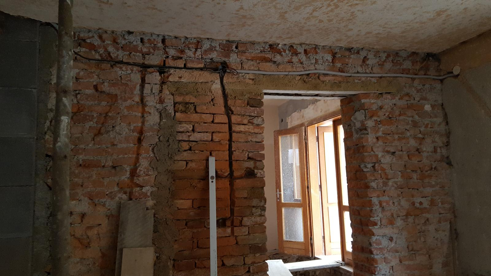 Prerabka domu v historickom centre - dvere hotove elektrika stiahnuta na mikrovlnka a rura na pecenie