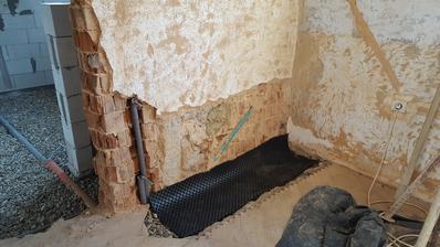 radiator v spalni prelozeny a kanalizacia napojena, hlavna rura ide popod spalnu