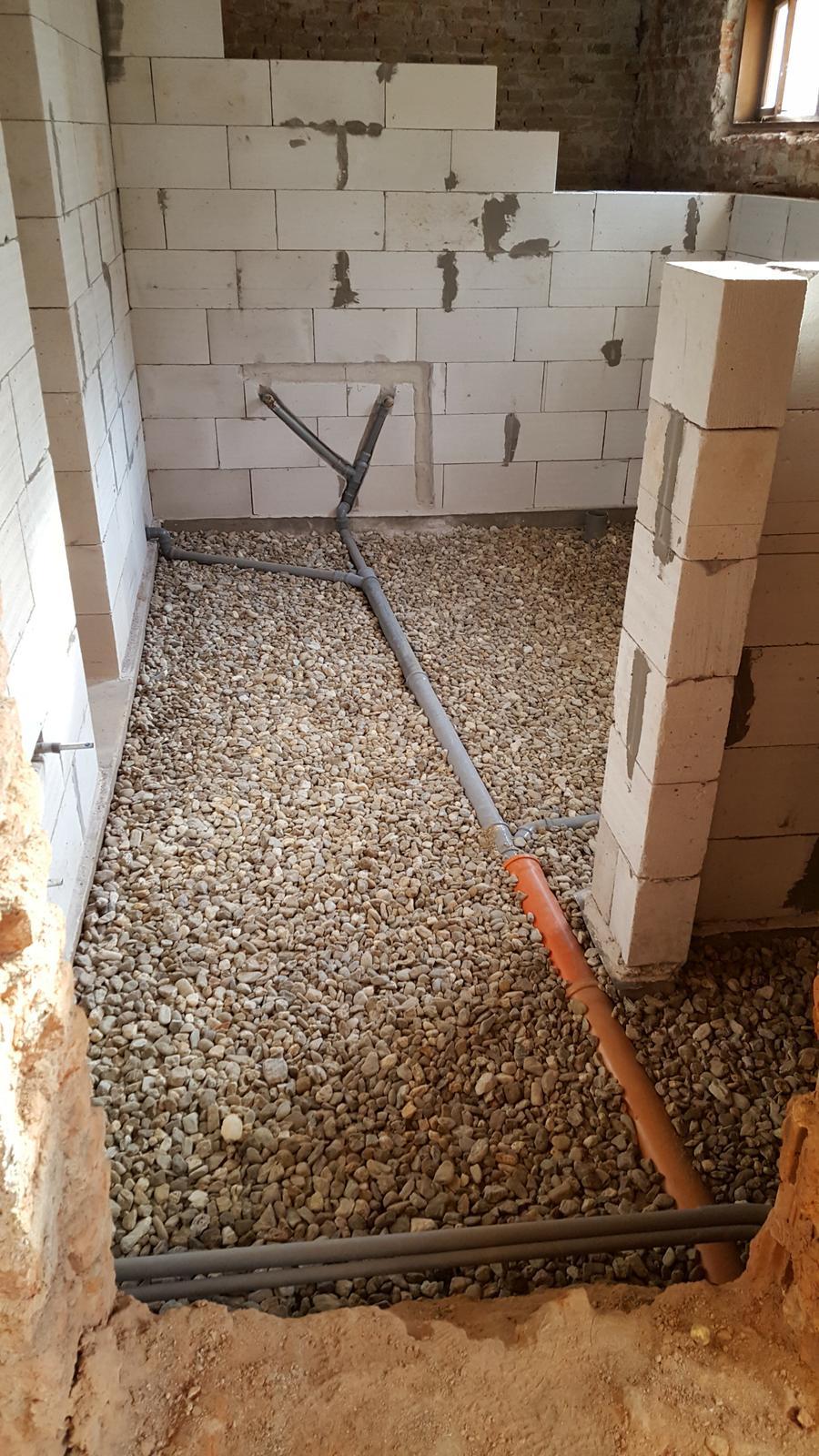 Prerabka domu v historickom centre - zasyp na podkladovy beton spraveny zajtra zaciname