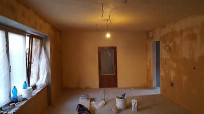 v kuchyni uz len spalety, spajza a 2 steny v predizbe a moze sa malovat