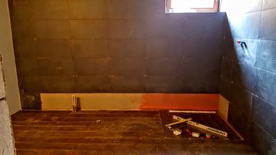 cakame na obklad , buduci tyzden silikon a sparovacky akryl na stropy a mozeme malovat a instalovat sanitu