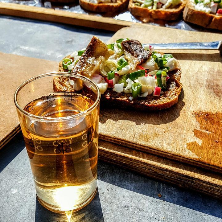 Zahrada a upravy okolo domu - tradicne sa v Medzeve opeka speck ( opeceny chlieb s natierkou z bryndze a zeleninou ) + slanina opecena v specialnych kliestach a neodmyslitelny je appelwein ( jablkove vino )