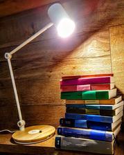 smart lampa s inteligentnym nabijanim z ikei