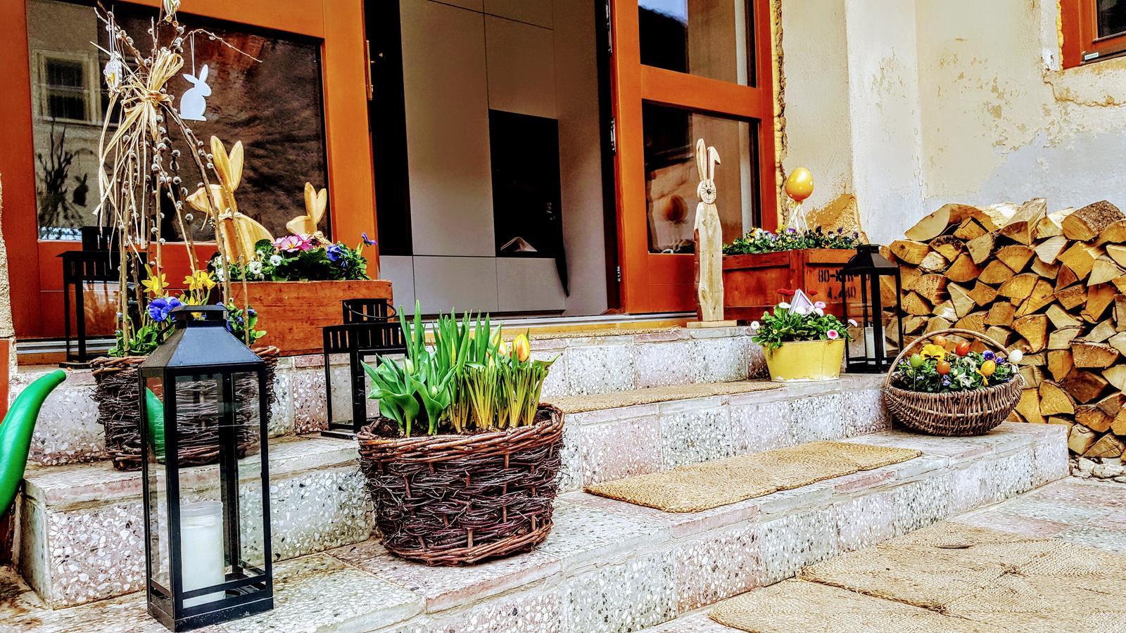 Zahrada a upravy okolo domu - aby som nedaval len hejty tak jarna vyzdoba je super.a ex bednicky na granaty su super deko :) stacilo obrusit a natriet