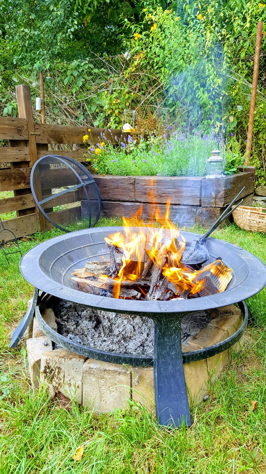 """Zahrada a upravy okolo domu - v pozadi tradicne klieste na pecenie """"specku"""""""