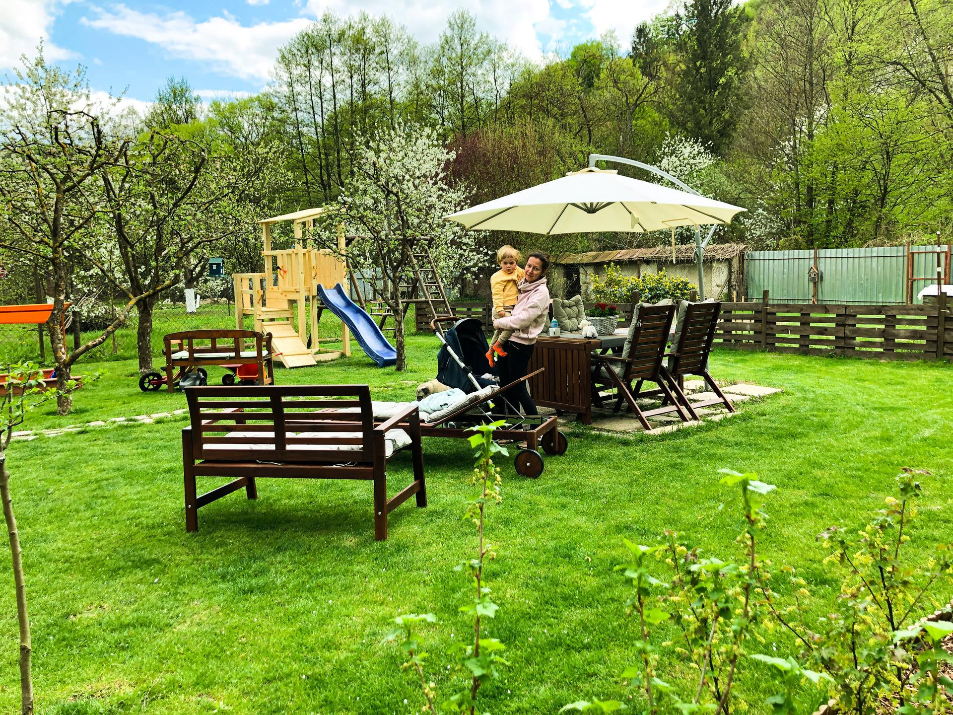 Zahrada a upravy okolo domu - Takze phase 1 a summer setup tejto casti zahrady hotovy, dokoncime hospodarsku cast fasady a mozem rozmyslat nad prerabkou plota v kurine