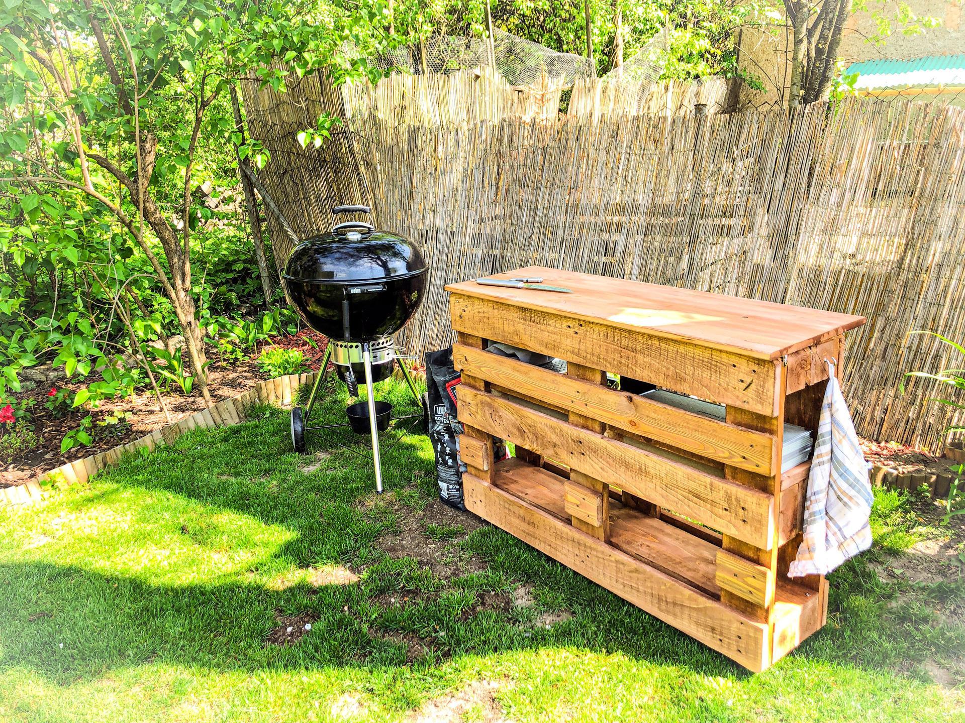 Zahrada a upravy okolo domu - Novy clen rodiny, moj chefs table aka DIY z paliet co ostali z plota. Mega doplnok ku grilu