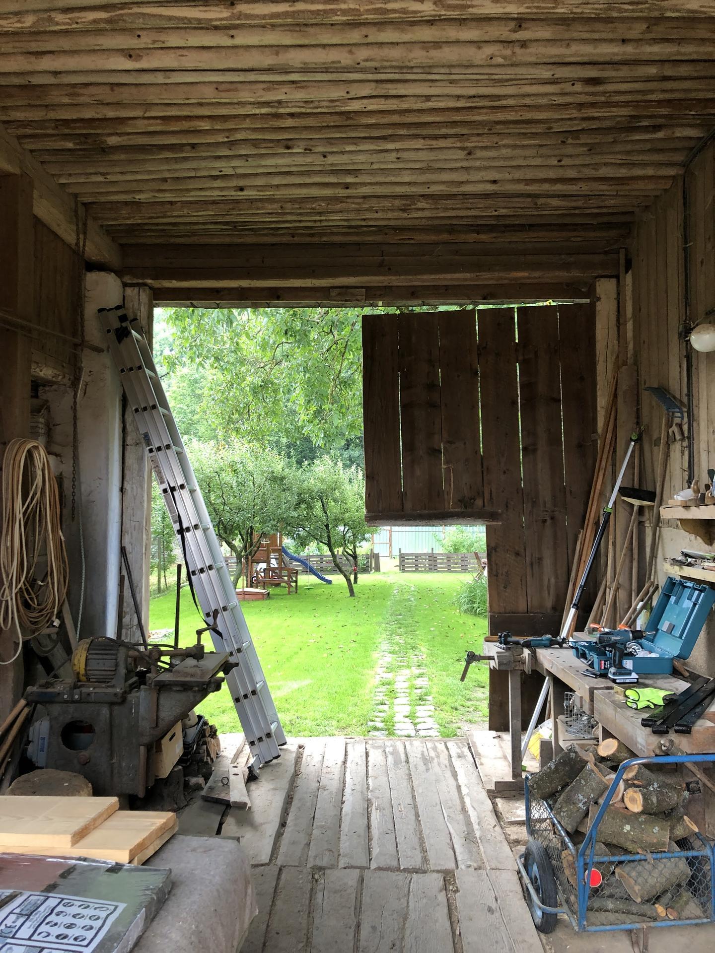 Zahrada a upravy okolo domu - Tak sme sa pustili do vrat, lebo som sa uz na ne nemohol pozerat ani z jednej ani z druhej strany