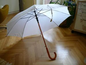 bílý deštník je už taky doma - kdyby náhodou pršelo